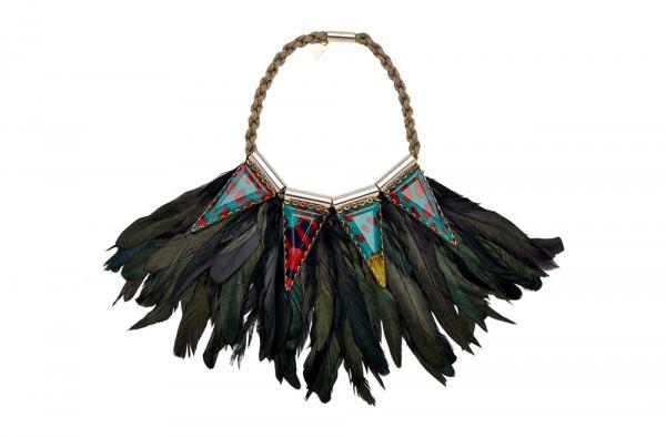 Lumiprod, packshot d'un collier à plumes de Carol Oyekunle.