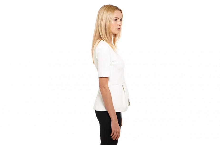 Vêtements portés sur mannequin reconnaissable. Vue de profil sur fond blanc.