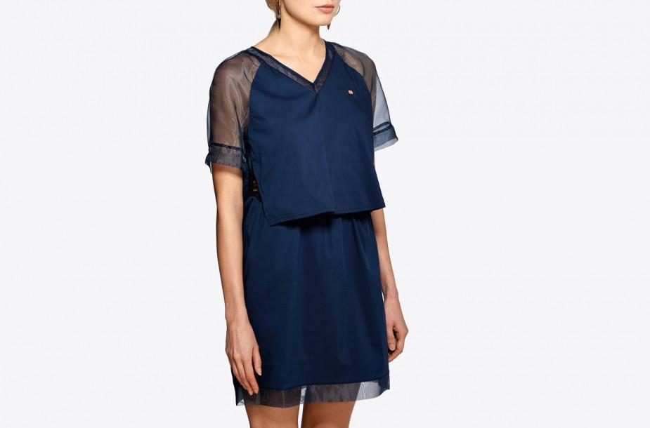 Photographie e-commerce d'une robe portée sur mannequin non reconnaissable.