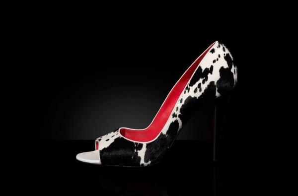 Packshot d'une chaussure à talon de luxe en peau de vache.