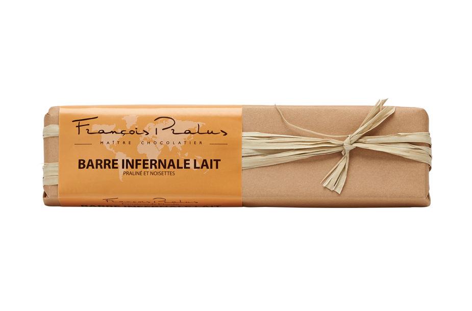 Photographie packshot en studio d'une barre au chocolat dans son emballage.