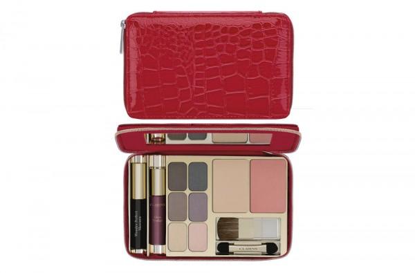 Photographie packshot en studio d'une palette de maquillage Clarins. Blush, fard à paupières, mini gloss et mascara.