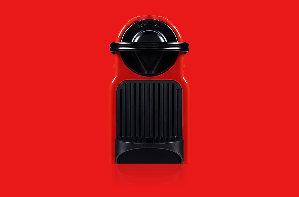 Photographie de pub d'une machine Nespresso sur fond rouge.
