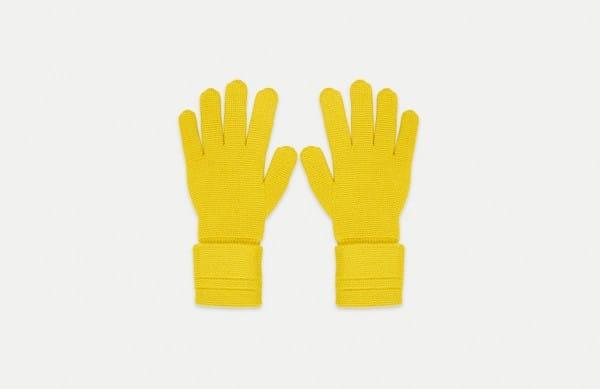 Photographie packshot d'une paire de gants Molli jaunes.