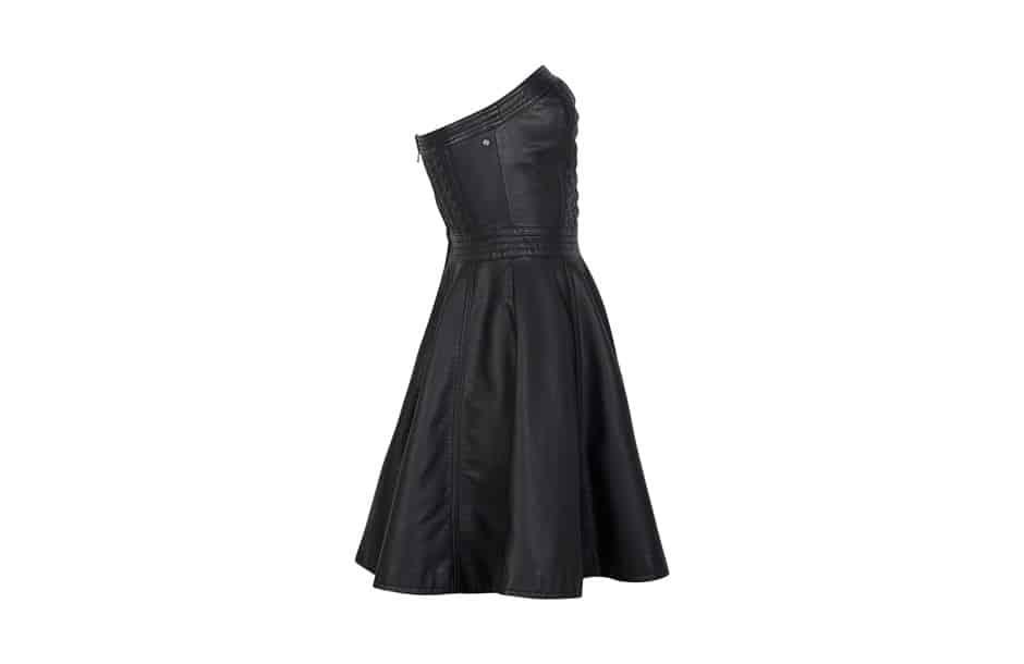 Photographie en ghost d'une robe noire. Prise de vue de profil.