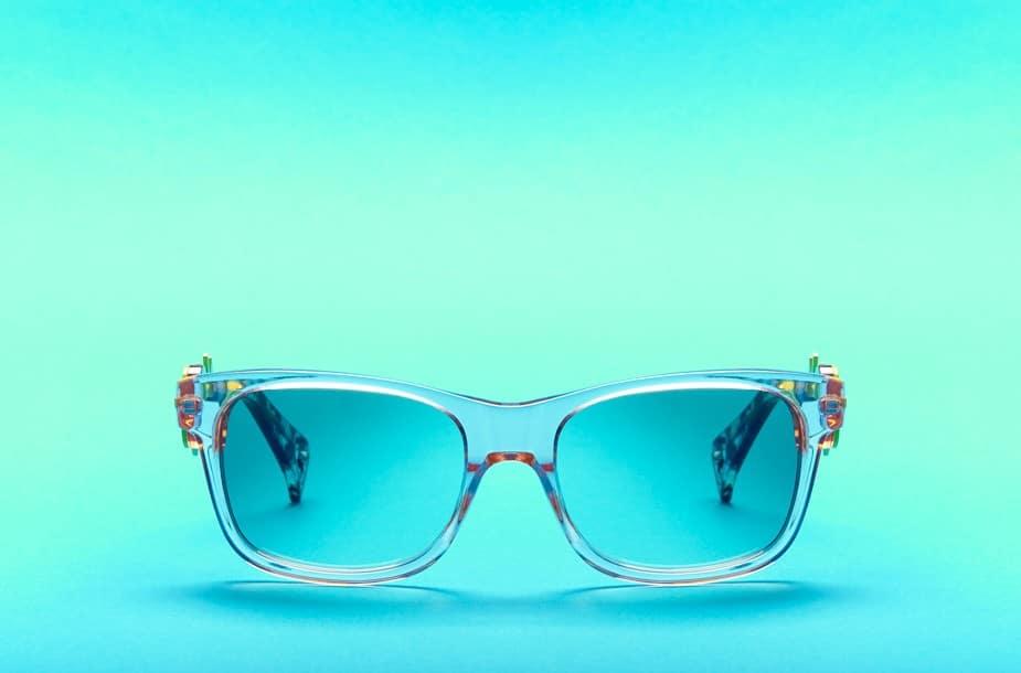 Photographie publicitaire de lunettes Kenzo en studio.