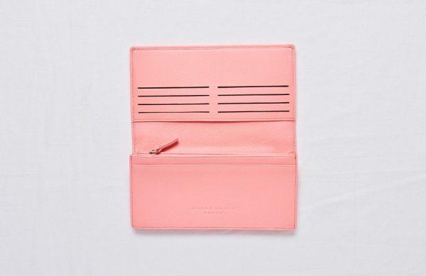 Lumiprod, prise de vue d'un portefeuille en cuir Carré Royal. Photographie en studio de produits de maroquinerie.