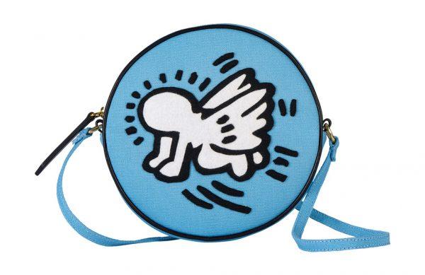 Photographie packshot en studio d'un sac d'Olympia Le Tan inspiré de Keith Haring.
