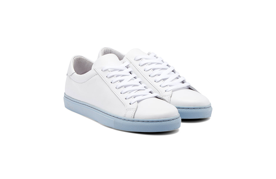Photographie packshot d'une paire de chaussures sneakers Rad. Vue de trois-quarts face.