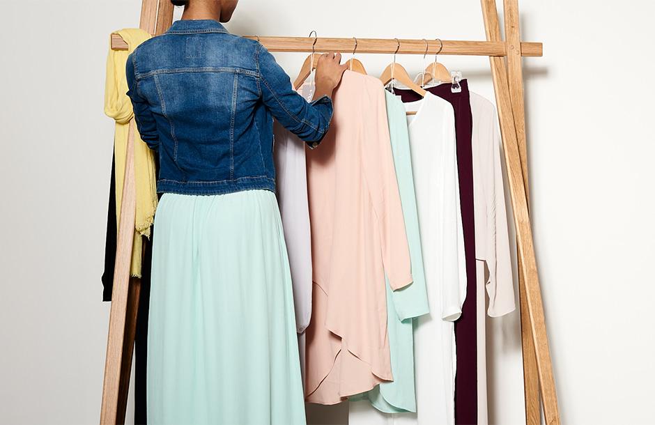 Photographie d'ambiance de vêtements portés sur mannequin.
