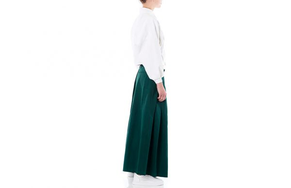 Photographie en studio de vêtements de mode portés sur mannequin femme.