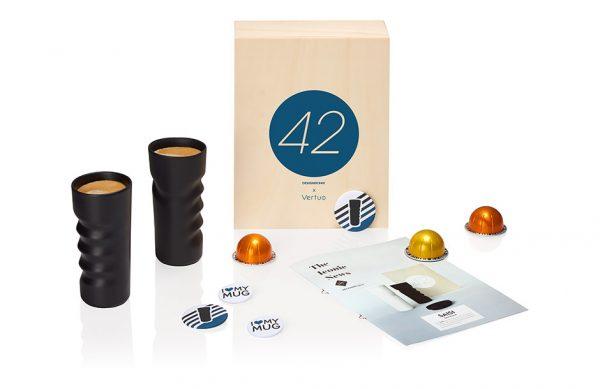 Photographie en studio d'une campagne de publicité Nespresso autour de deux mugs dessinés par Philippe Starck.