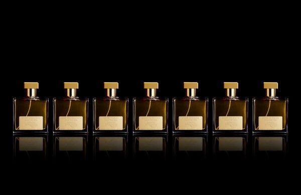 Photographie packshot en studio d'une gamme de flacons de parfum.