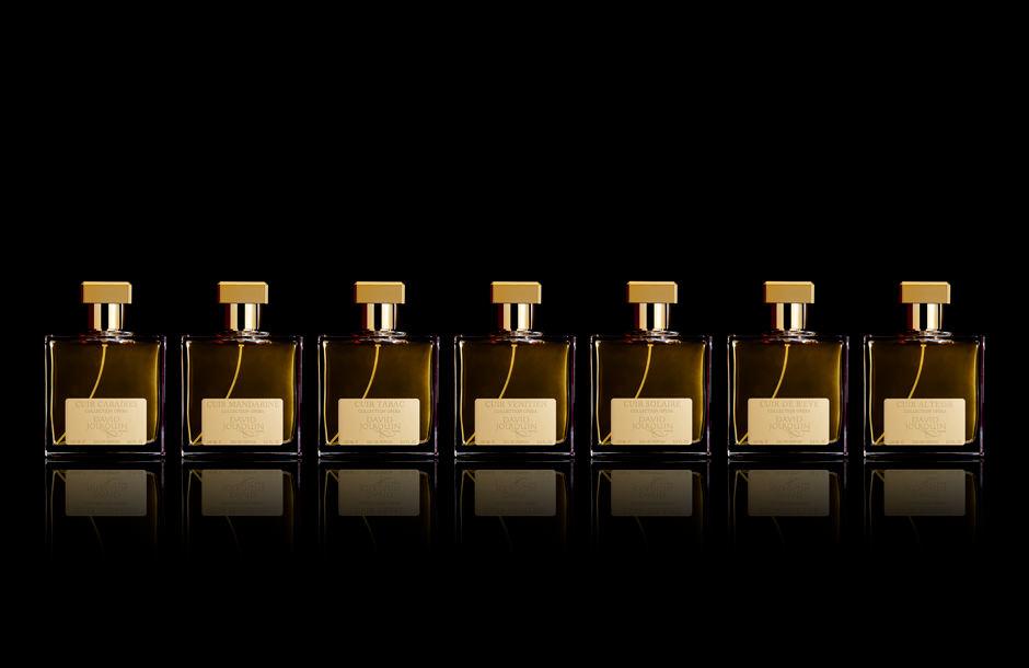Packshot en studio de photographe d'une gamme de flacons de parfum.
